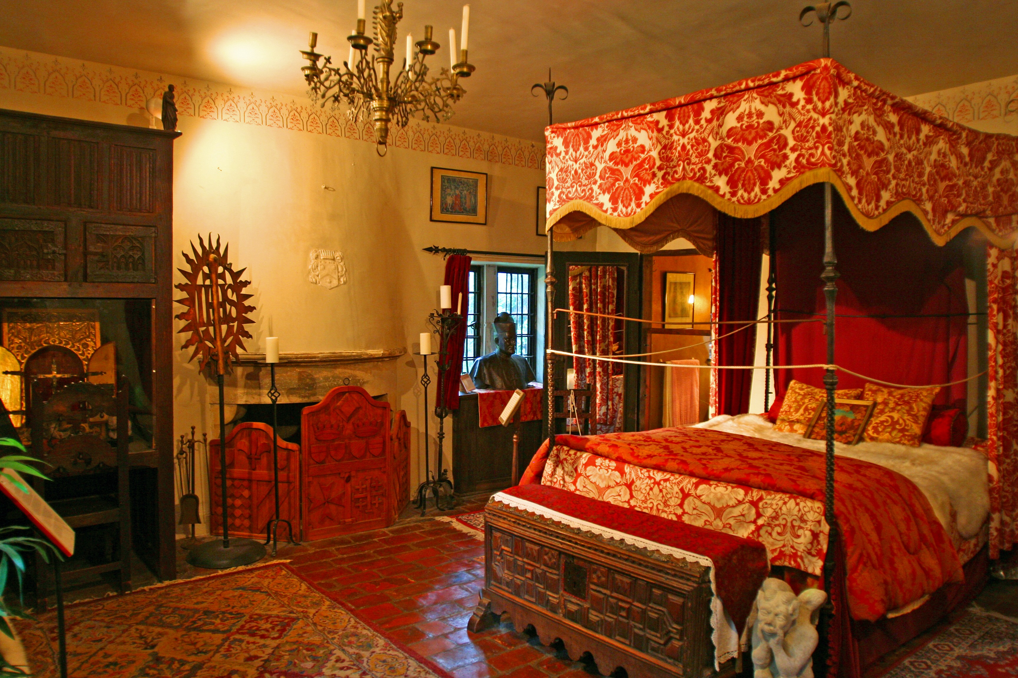 Great Medieval Bedroom   Lush Colors