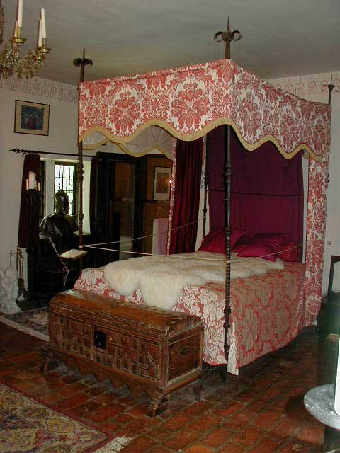 Saki 39 s world medieval bedroom gothic bedroom for Gothic bedrooms pictures
