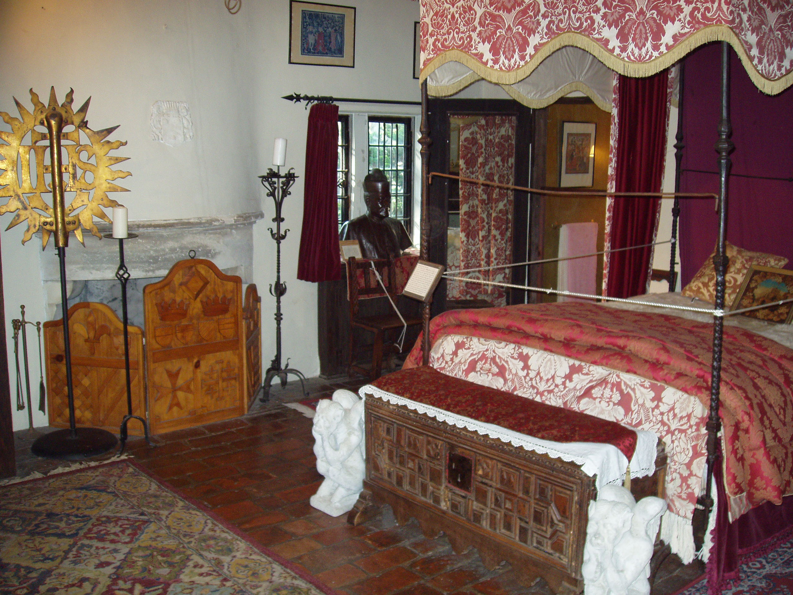 Saki's World :: Medieval Bedroom :: in_the_Gothic_room